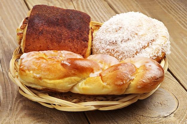 木製のテーブルの上の皿の甘いパン