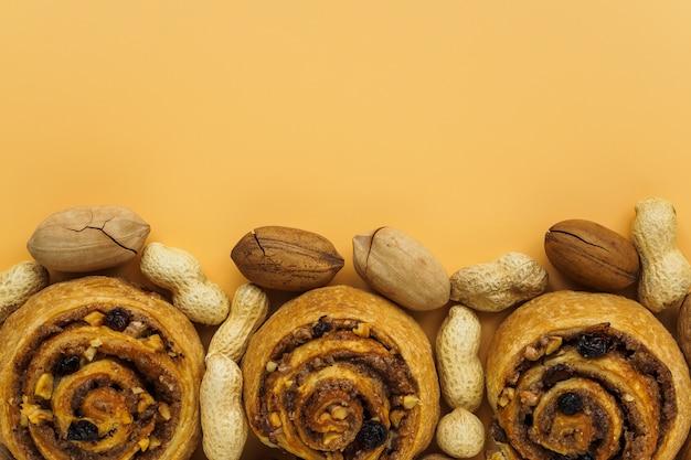 オレンジ色の背景に甘いパン