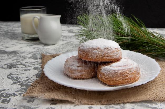 粉砂糖をまぶした甘いパン。クリスマスのためのホームベーキングの概念