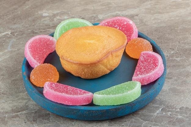 青いプレートに甘いケーキとマーマレードキャンディー
