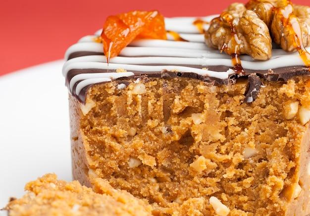 乳製品とナッツで作った甘いケーキ、砂糖で作った甘いデザート、練乳とピーナッツ