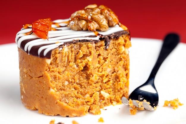 ピーナッツ、砂糖、乳製品を円筒形にした甘いケーキ
