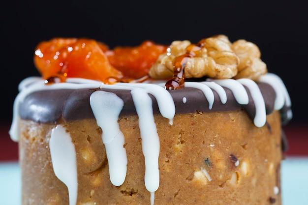 Сладкий пирог из арахиса, сахара и молочных продуктов, выполненный в форме цилиндра.