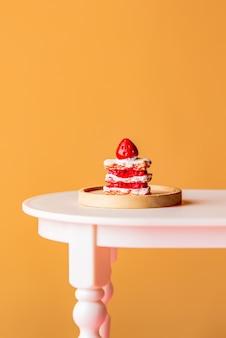 노란색 배경에 테이블에 달콤한 케이크