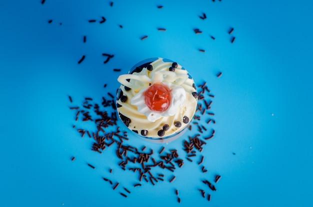 青色の背景に甘いケーキ