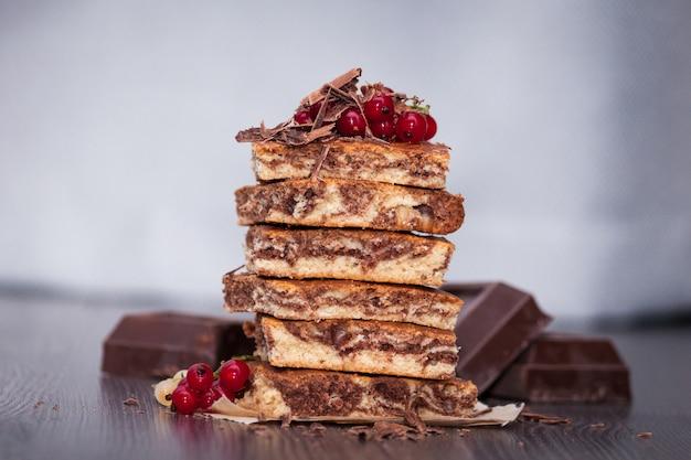 Сладкий торт с какао-порошком зебра с ягодами и шоколадом
