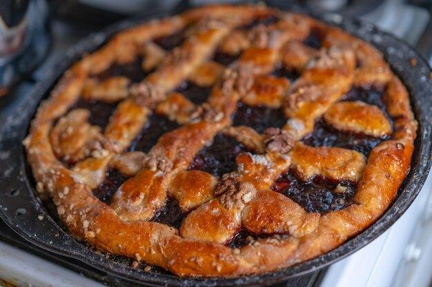 Сладкий пирог с джемом и орехами