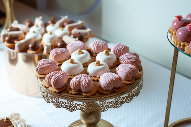Сладкие пирожные на свадебном фуршете кейтеринг