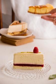달콤한 케이크 개념입니다. 밝은 배경에 라즈베리 잼이 있는 치즈 케이크