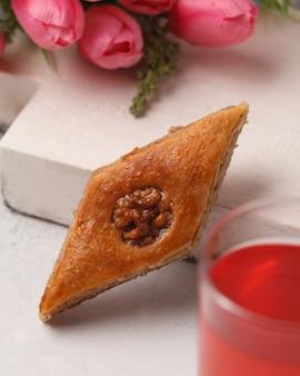 달콤한 케이크. 아이스크림 케이크. 밝은 빨강, 분홍색, 색깔