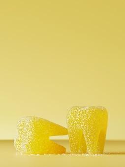 Сладкая конфета для нездоровых зубов. желтые желе зубы с кристаллами сахара на желтом. иллюстрация перевода 3d.