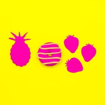 스위트 캔디 믹스 도넛과 과일. 최소한의 플랫레이 아트