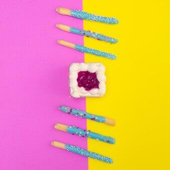 컬러 배경에 달콤한 사탕 최소한의 음식 예술