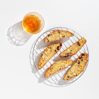 달콤한 칸투 치니 비스킷과 달콤한 와인. 수제 이탈리아 비스코티 쿠키
