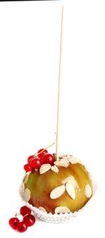 흰색 절연 딸기와 막대기에 달콤한 카라멜 사과