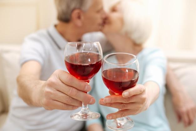 キスをしたりワインを飲んだりしながら一緒に楽しい時間を過ごしている甘い思いやりのある感情的な家族