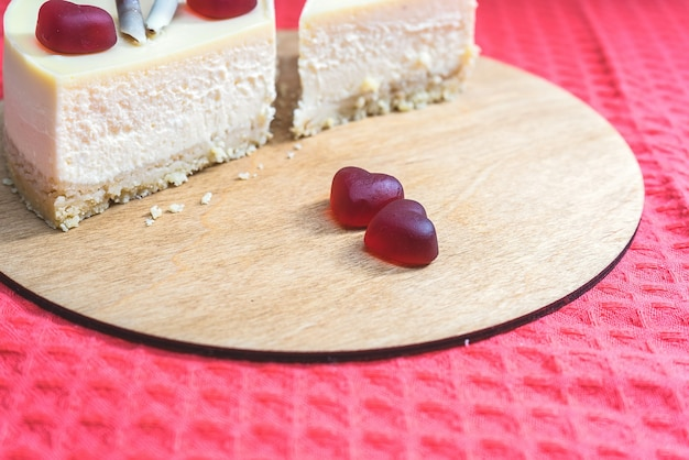 国際バレンタインデーのハートで飾られた甘いチーズケーキ