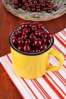 テーブルのクローズアップのカップの甘い桜