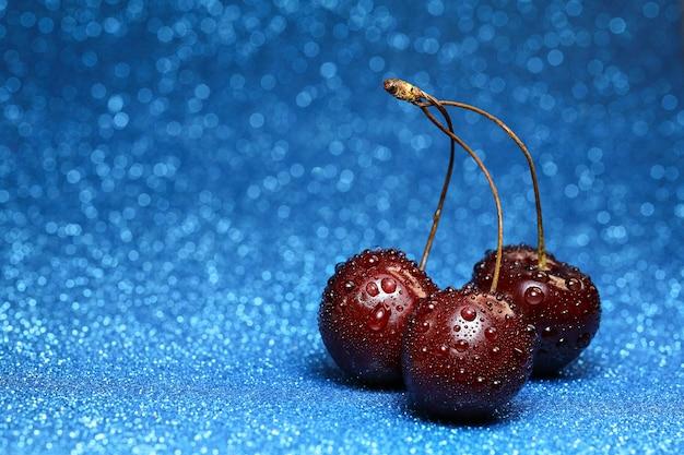ボケ味の背景に水滴と甘い桜