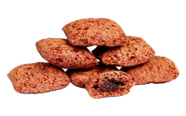 달콤한 초코 칩은 흰색 배경에 채워진 초콜릿을 채웁니다.