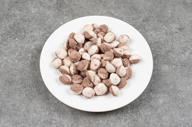 Сладкие шоколадные шарики в белой тарелке