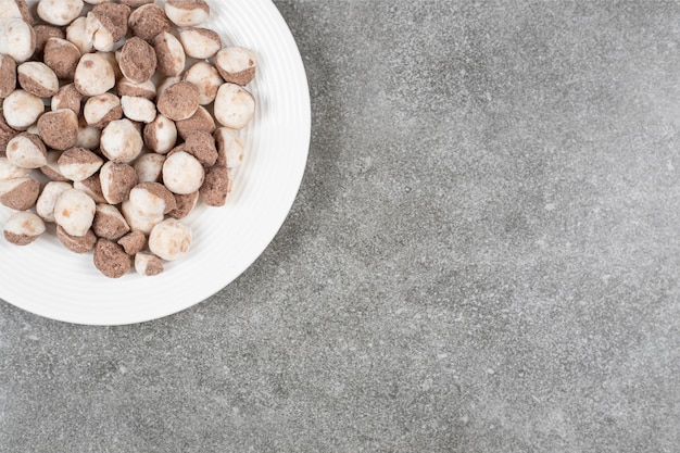 흰색 접시에 달콤한 초콜릿 볼 무료 사진