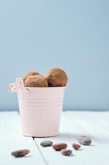 Rawfoodistのバケツに入れた甘いチョコレートボール