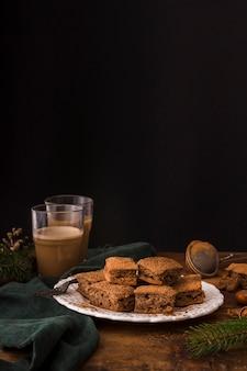 Brownies al cioccolato dolce con spazio di copia