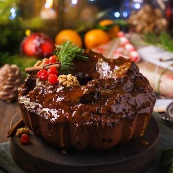 크리스마스에 귤 설탕 유약을 얹은 달콤한 초콜릿 빵 케이크