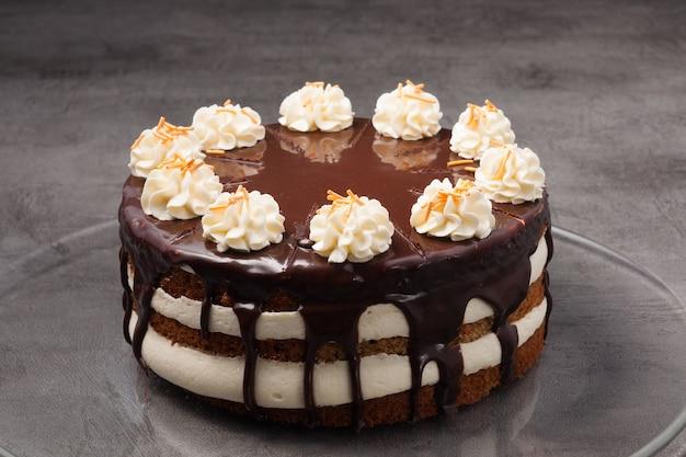 Сладкий шоколадный торт, украшенный взбитыми сливками