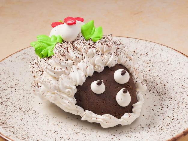 Ежик сладкий шоколадный торт на светлой тарелке
