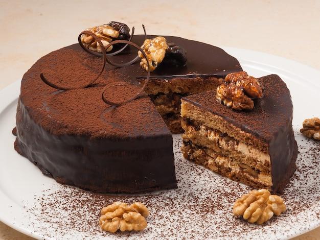 Сладкий шоколадный торт со сливками и грецкими орехами