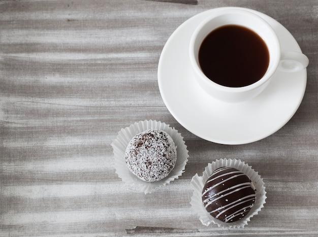木製トレイの上にカップと甘いチョコレートケーキ