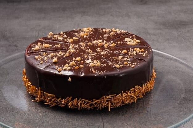 Сладкий шоколадный торт с орехами и посыпкой из теста