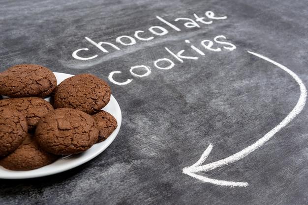 プレートの甘いチョコレートクッキー