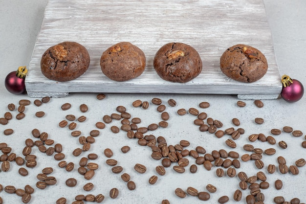 Сладкое шоколадное печенье с кофейными зернами и елочными шарами.