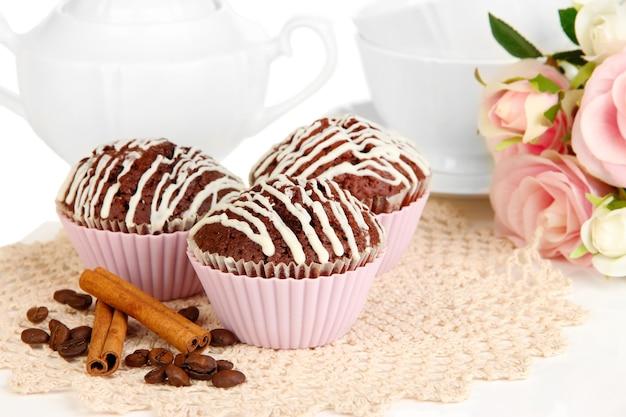甘いチョコレートカップケーキがクローズアップ