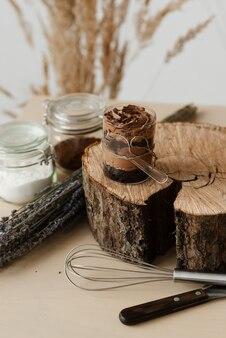 甘いチョコレートプディングとウッドカットが木の質感をクローズアップ