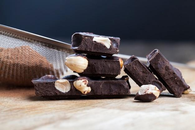 Сладкий шоколад с орехами