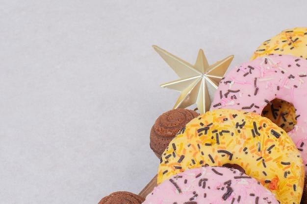 白い表面にボールが付いた甘いクリスマスペストリー