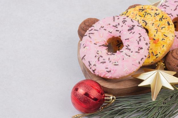 白いテーブルの上のボールと甘いクリスマスペストリー。