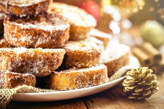 甘いクリスマス、ブラジルの典型的なクリスマスデザート。フレンチトーストと呼ばれ、砂糖とシナモンを添えた焼きたてまたは揚げたパン。