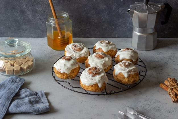 Сладкие булочки с корицей в глазури. выпечка. завтрак.