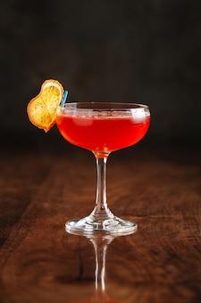 Сладкий коктейль на деревянном столе с отражением