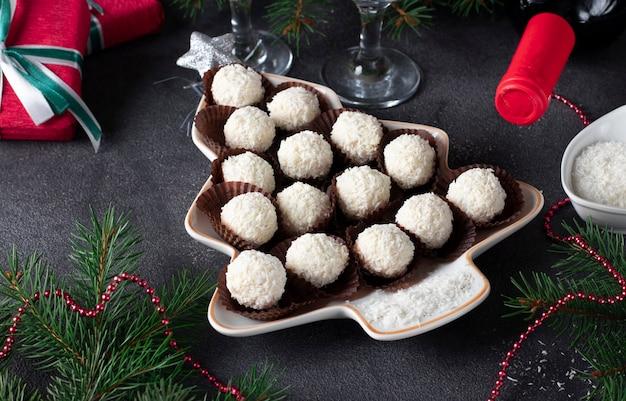 甘いココナッツラファエロキャンディーは、クリスマスツリーとしてプレートで提供されます。閉じる