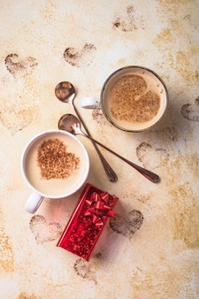 バレンタインデーのためのハートの形の甘いコーヒードリンク