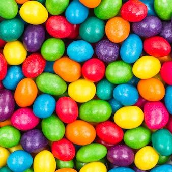 甘い色のキャンディ。カラフルなお菓子のクローズアップ。缶の背景
