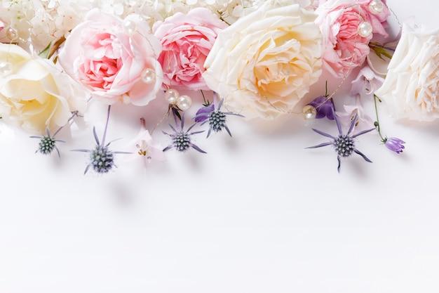 배경을 위한 부드러운 스타일의 달콤한 색상 패브릭 장미와 흰색 리본. 오버 헤드 평면도, 평면 누워. 공간을 복사합니다. 결혼식, 생일, 어머니, 발렌타인, 여성의 날 개념