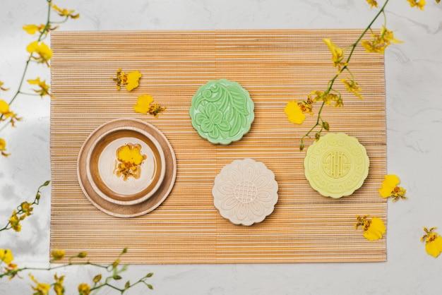 甘い色のスノースキン月餅。伝統的な中秋節の食卓にお茶を添えます。