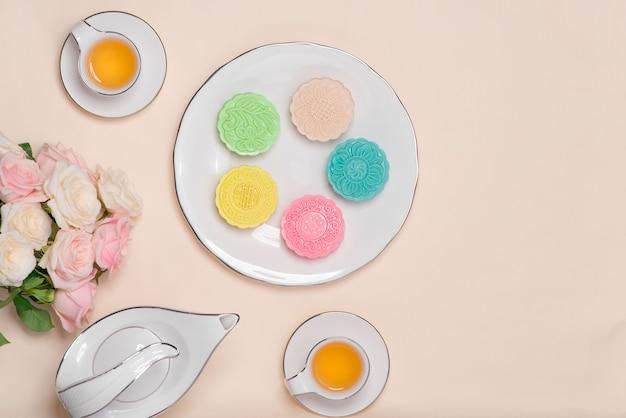 Сладкий цвет снежной кожи лунный пирог. традиционные блюда фестиваля середины осени с чаем на сервировке стола.